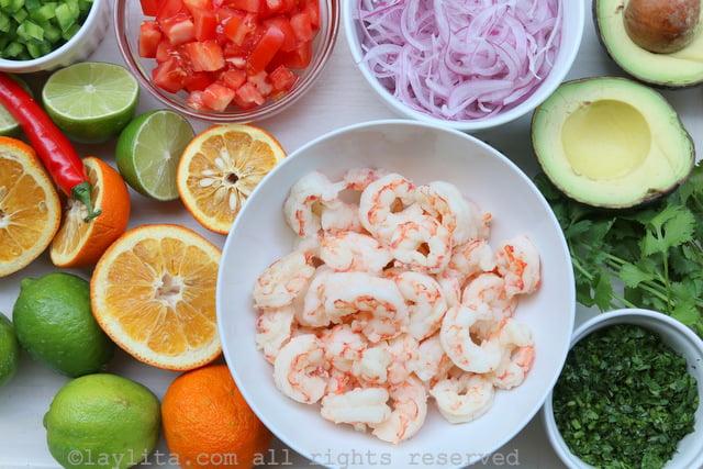 Ingredientes del ceviche de camarón y aguacate