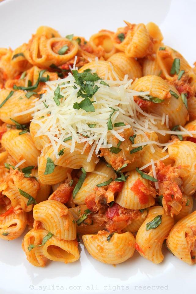 Macarrones con salsa de atún y tomate