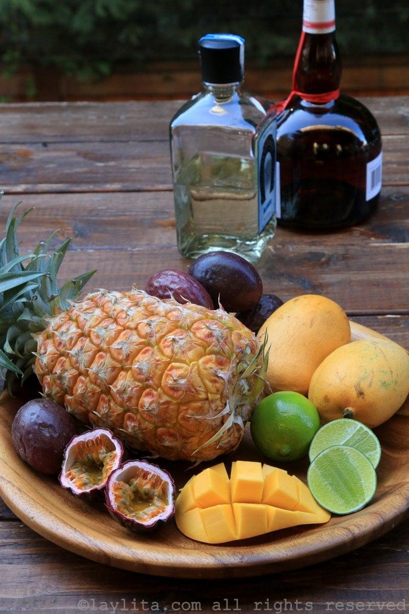 Ingredientes para margaritas de piña, mango, y maracuyá