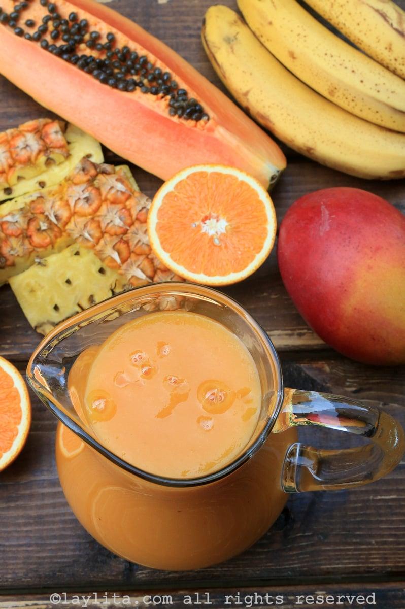 Batido con papaya, mango, piña, banano, y naranja