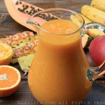 Batido de frutas tropicales con papaya, banana, piña, mango, y naranja