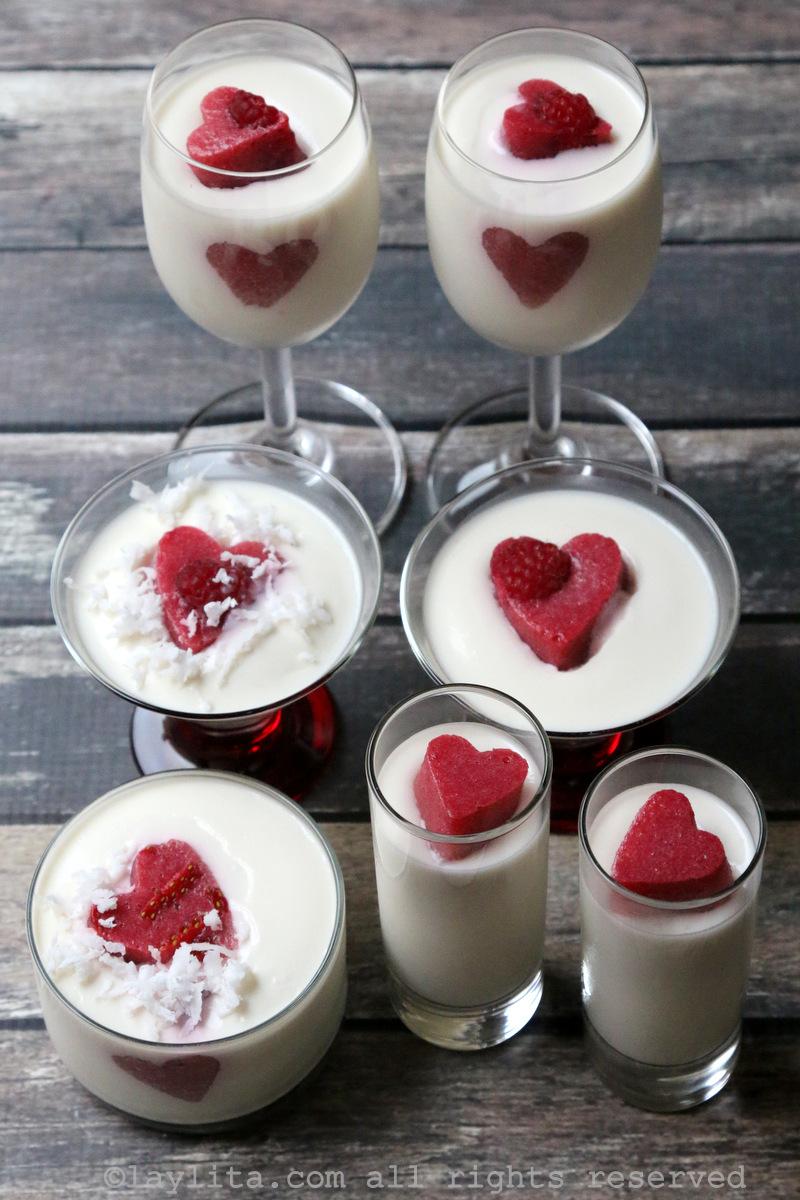 Panna cotta con corazones de gelatina de fresa