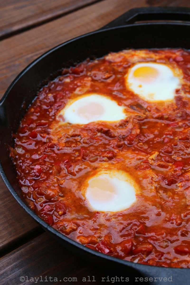 Shakshuka o huevos con tomate, cebolla, pimiento, y condimentos