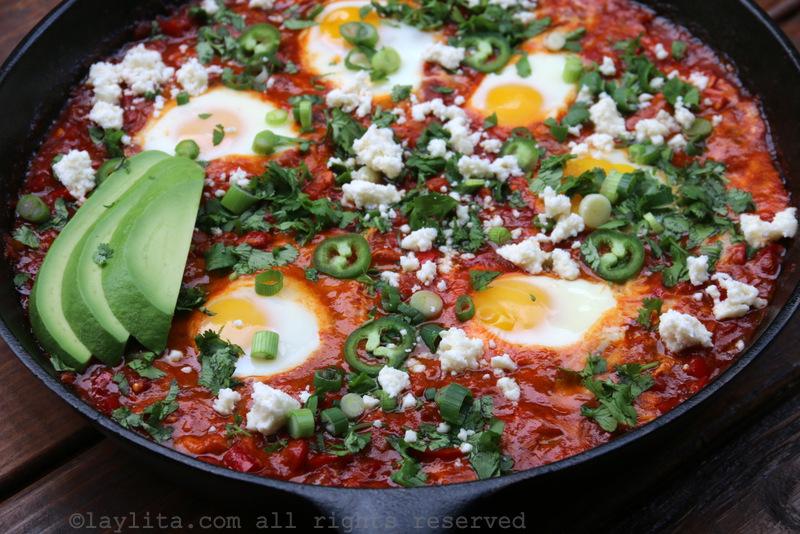 Shakshuka o huevos con tomate y chorizo