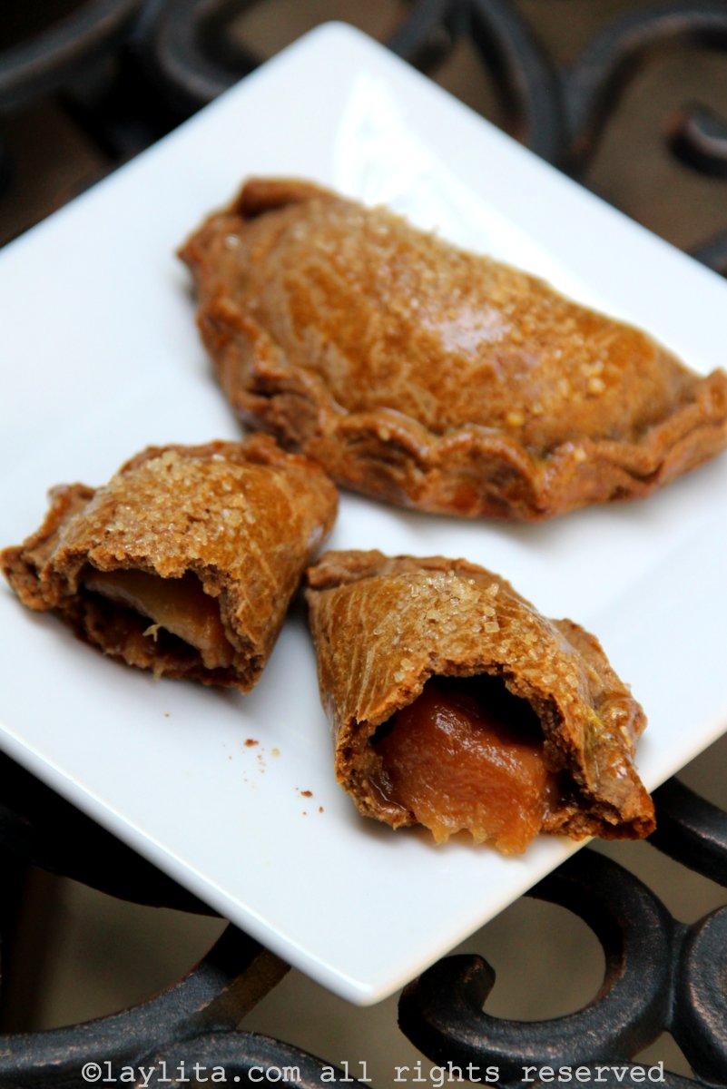 Empanadas con relleno de peras caramelizadas