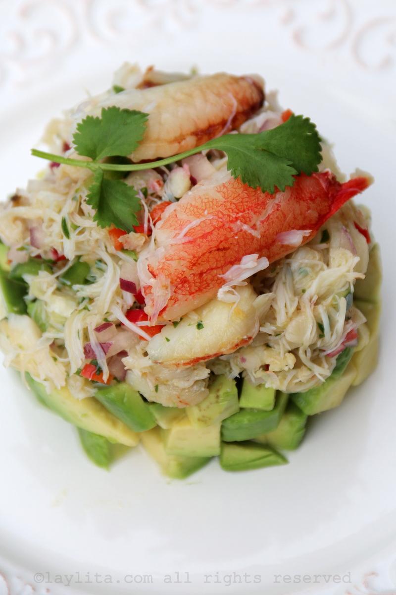 Ensalada con capas o pilas de aguacate y cangrejo