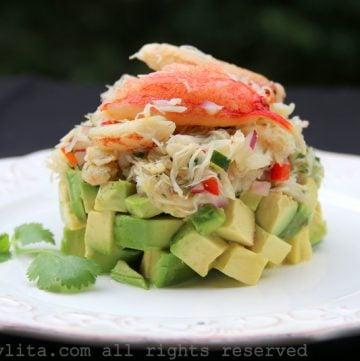 Ensalada de capas de cangrejo con aguacate
