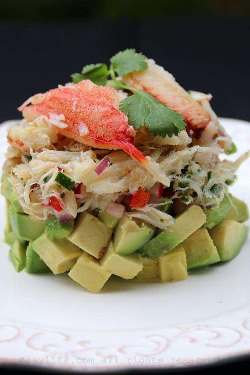 Ensalada o aperitivo de capas de aguacate con cangrejo