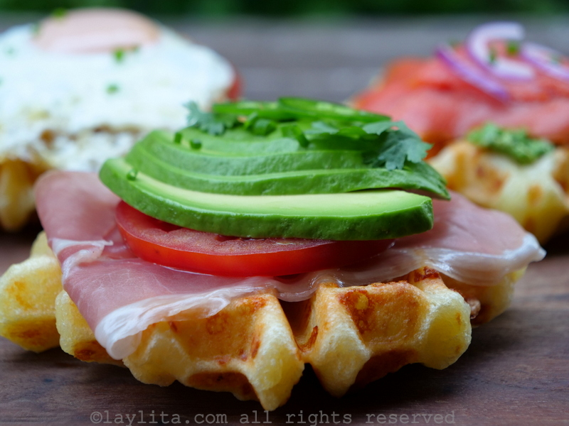 Waffle de sal con jamon, tomate y aguacate