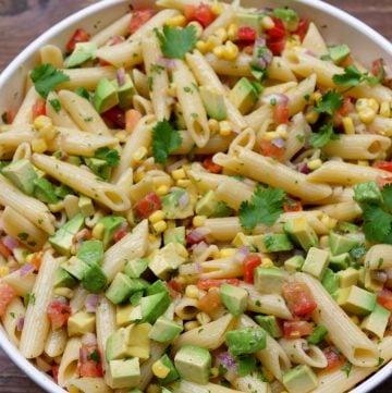 Ensalada con pasta, aguacate, choclo, y tomate