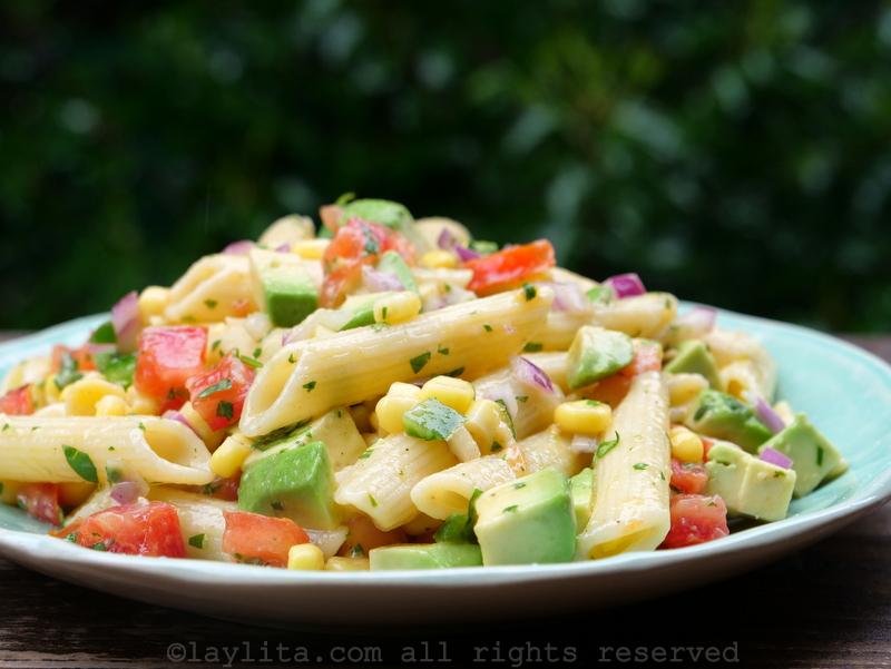 Ensalada con pasta con maíz, aguacate, y tomate