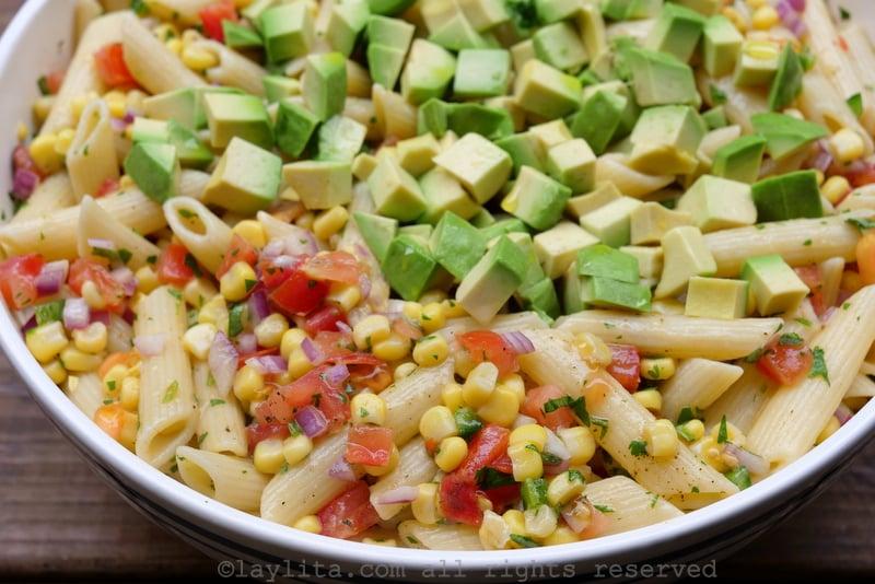 Ensalada de pasta con maíz, aguacate, y tomate