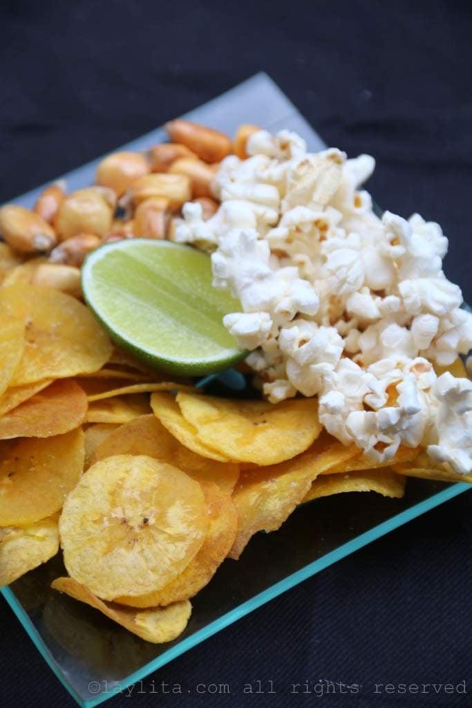 Guarniciones del ceviche ecuatoriano: chifles, tostado, canguil