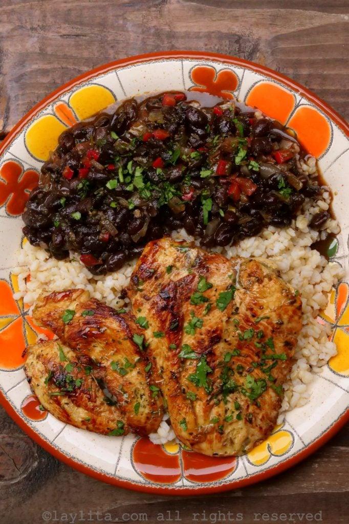 Pollo asado a la plancha con arroz y frijoles
