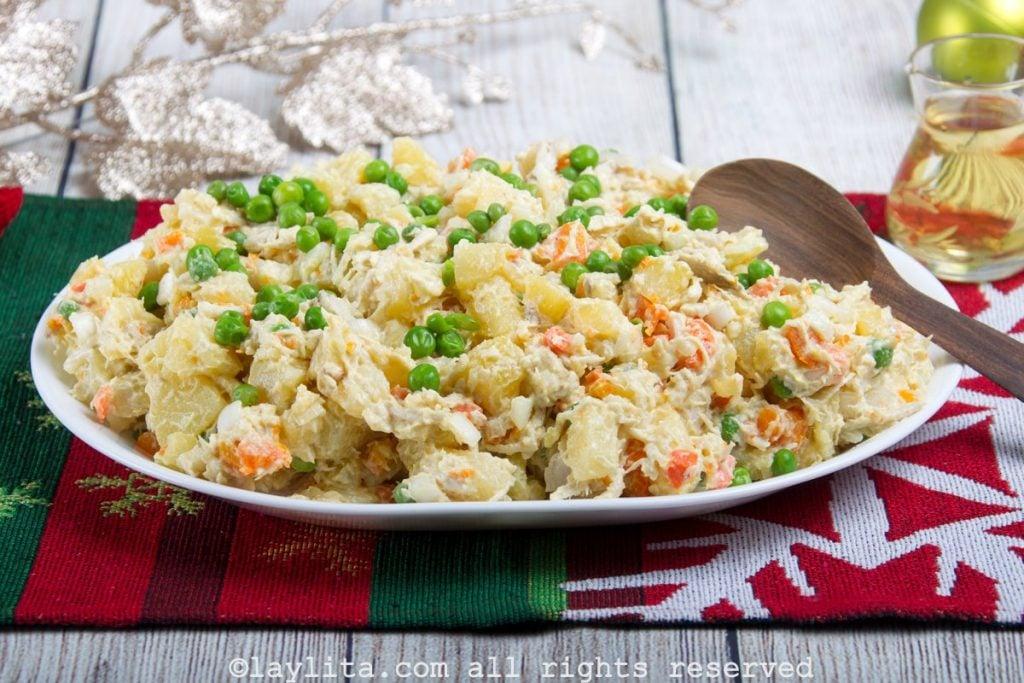 Ensalada con papas, zanahoria y pollo o gallina