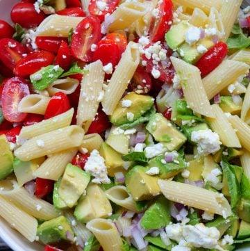 Ensalada de pasta con aguacate, tomate y queso