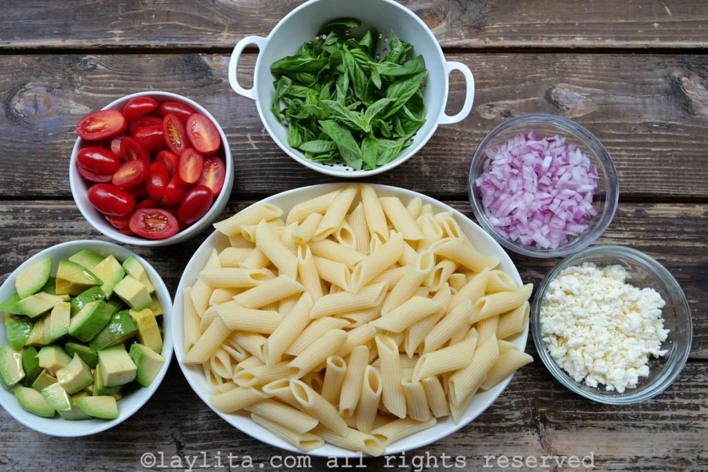 Ingredientes para la ensalada de pasta fría con aguacate, tomate y queso
