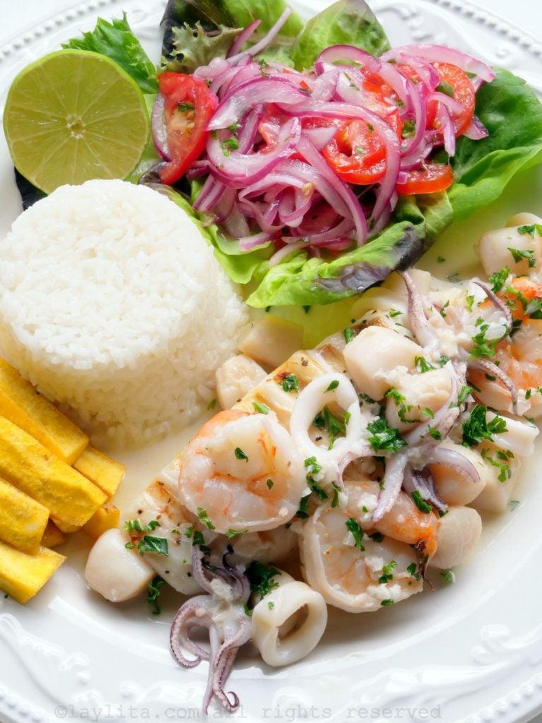 Mariscos al ajillo con pescado y arroz