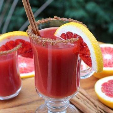 Coctel canelazo con naranja roja