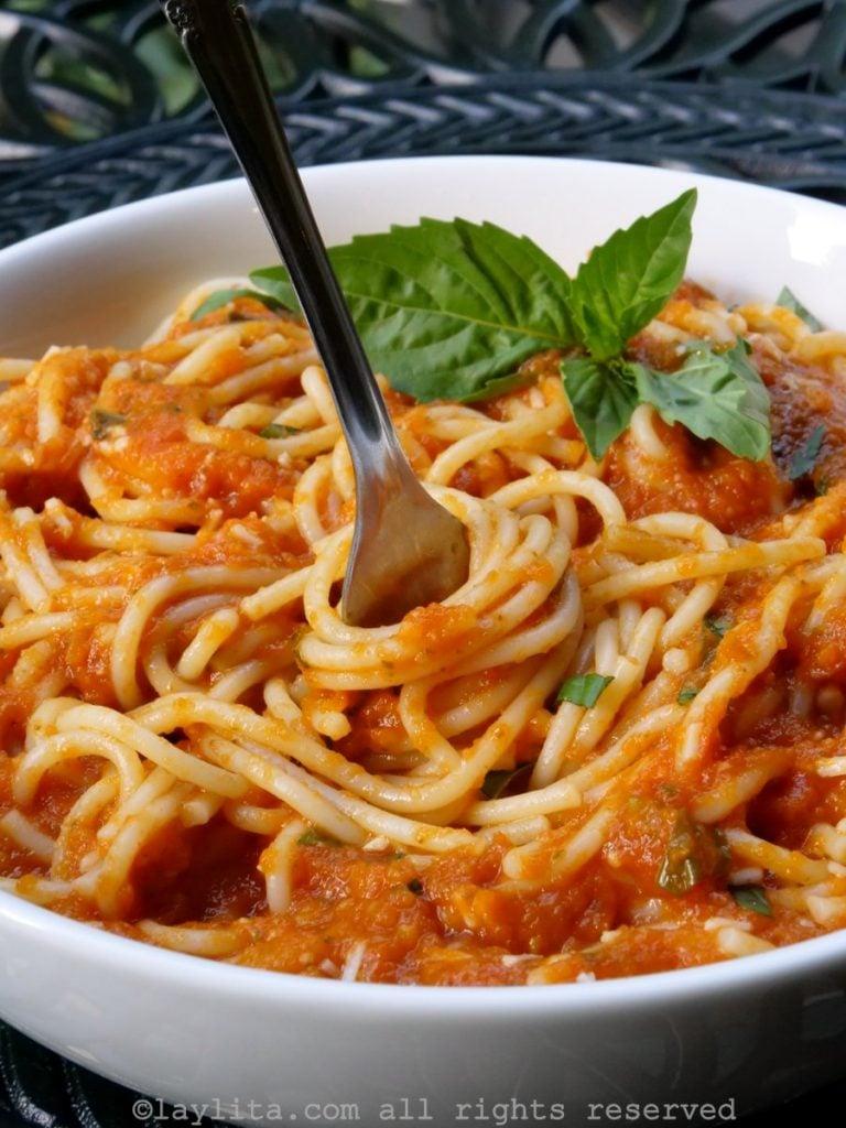 Espagueti o tallarines con salsa roja de tomate y albahaca