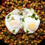 Garbanzos con chorizo, chimichurri y huevos fritos