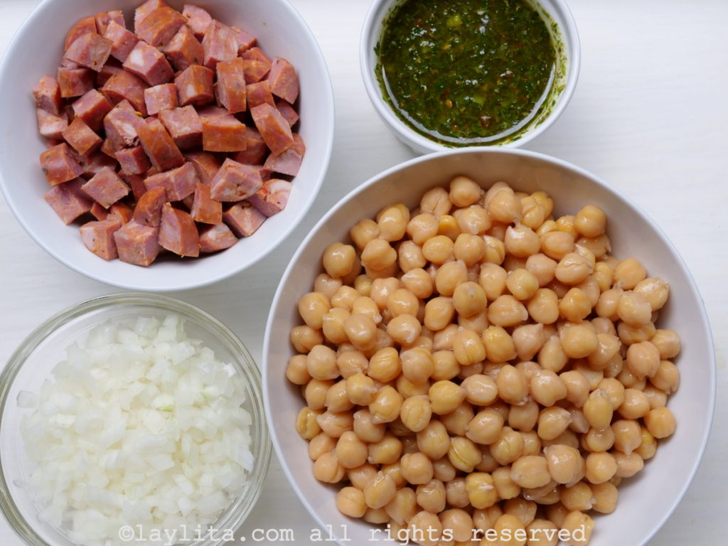 Ingredientes de los garbanzos salteados con chorizo y chimichurri