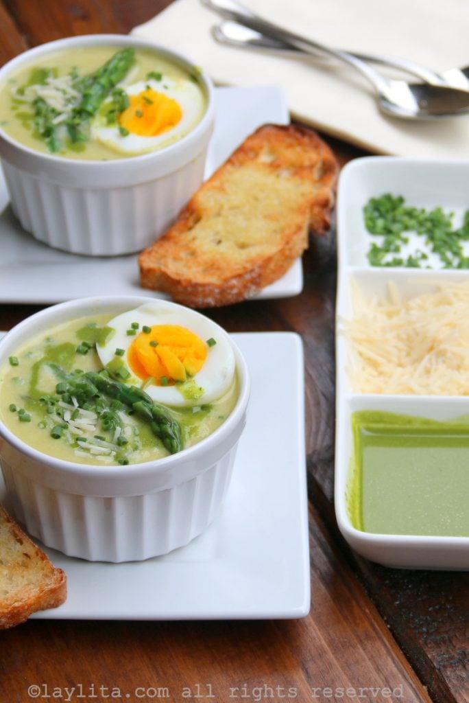 Sopa cremosa de espárragos, servida con pan de ajo y huevo hervido
