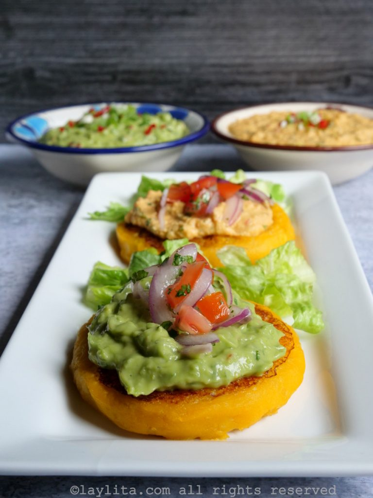 Llapingachos o tortillas de papa rellenas de atún - con ají de aguacate