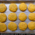 Aplastar las bolas y darles forma de tortilla gruesa