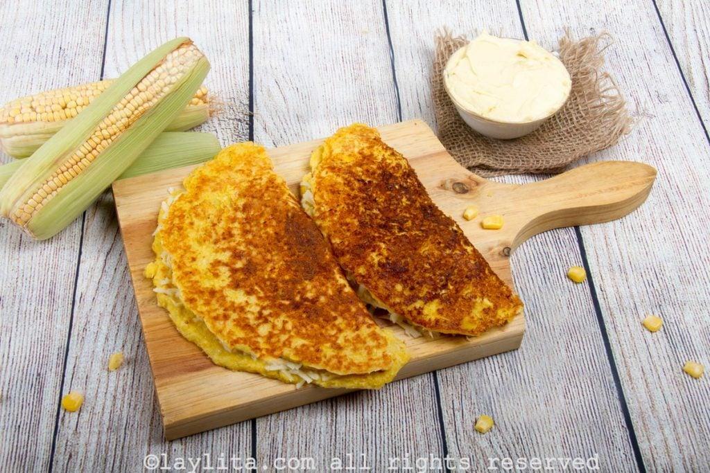 Receta fácil de las cachapas o tortillas de maíz tierno con queso