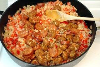 Agregar el arroz, revolver bien, y luego se agrega el chorizo