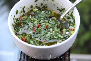 Mezclar todos los ingredientes para la salsa chimichurri