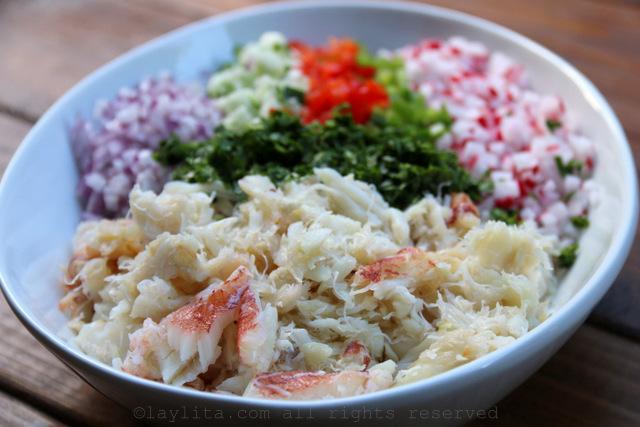 Ponga los ingredientes para la ensalada en una fuente