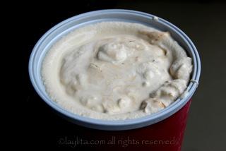 Prepare el helado con la maquina de hacer helados o con la batidora o licuadora. El dulce de leche se agrega al final.