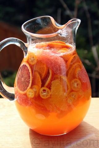 Sangria blanca con frutas citricas y moscato