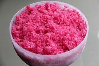 3- Use un tenedor para raspar el jugo congelado hasta que se convierta en cristales granizados