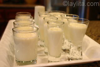 3-Vierta la mezcla de la panacota en copas o moldes