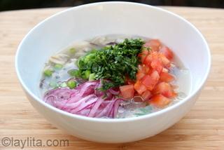 Agregue la cebolla, tomate, pimiento, cilantro, jugo de limon y aceite