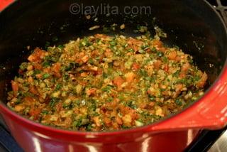 Agregue los tomates y cocine por 10 minutos mas