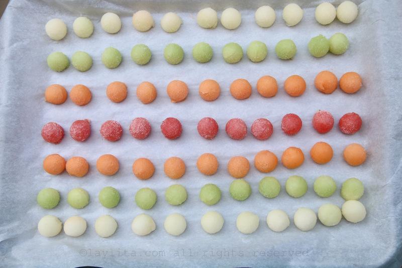 Congele las bolas de melon por unas horas
