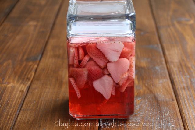 Deje que el tequila se infusione con las frutas durante 2 a 3 dias
