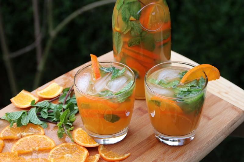 Y luego se los sirve con menta, hielo y rodajas de mandarina en vasos