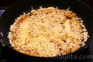Agregue el quesillo o queso rallado y apague o baje la temperatura