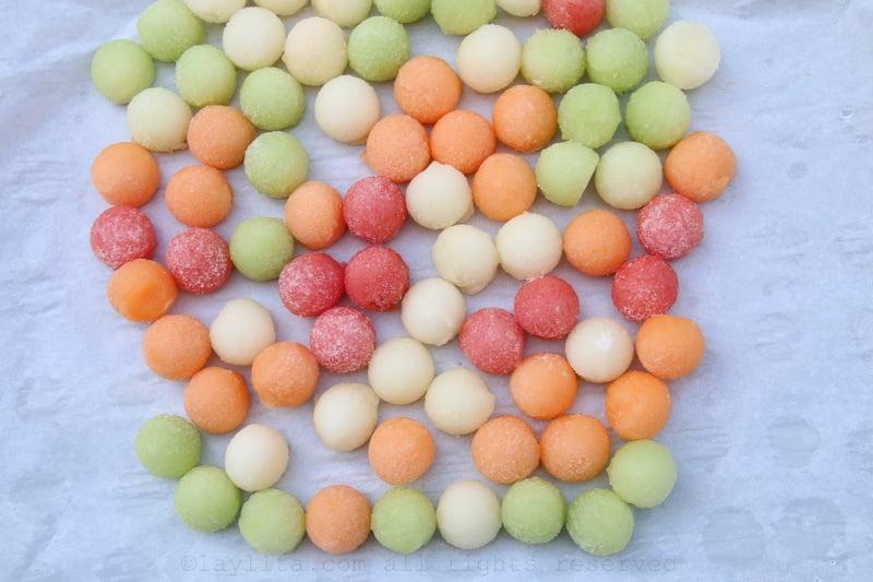 Bolitas de melon congeladas para usar en lugar de cubos de hielo