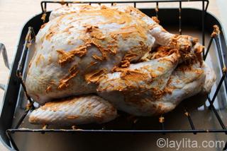 5- Frote el pavo con la mantequilla de achiote