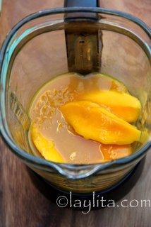 Ponga los mangos, jugo de maracuya, jugo de limon y azucar o miel en la licuadora