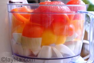 Tomates, pimientos y cebollas para el refrito