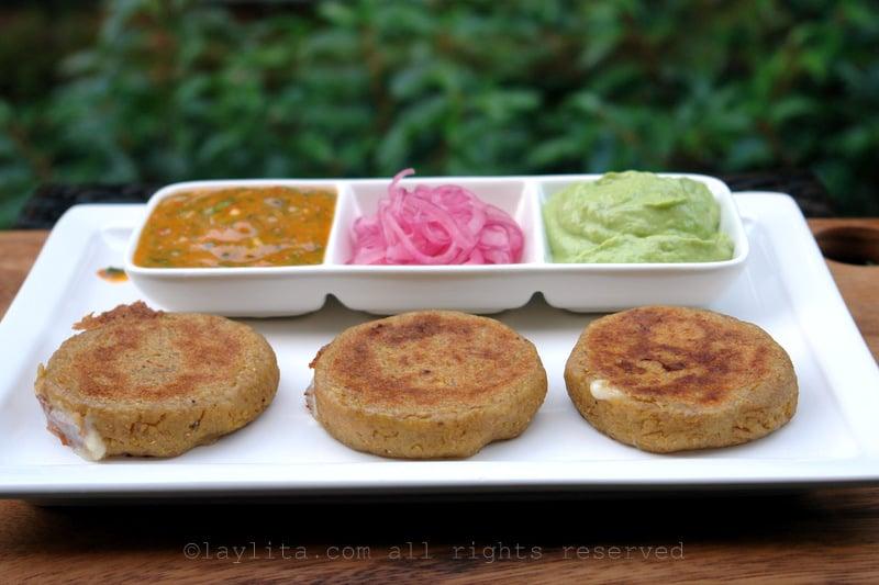 Tortillas de verde con salsas y aji