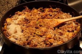 6- Agregue las migas de pan y huevos batidos