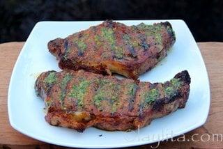 Deje que los filetes o bistecs reposen unos minutos antes de servir
